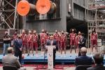 La plantilla del Lointek Gernika Bizkaia se presenta bajo la nueva caldera de motor creada por Lointek en el Puerto de Bilbao